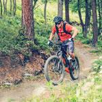 XDuro AllMtn auf einem Trail im Wald