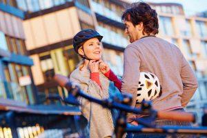Sicher in der Stadt unterwegs Abus Fahrradhelm Mann und Frau