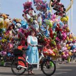Volksfest Nürnberg Frau mit Dirndl und Klever Bike