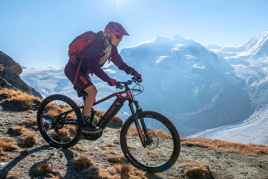 Frau auf Flyer Uproc in den Bergen