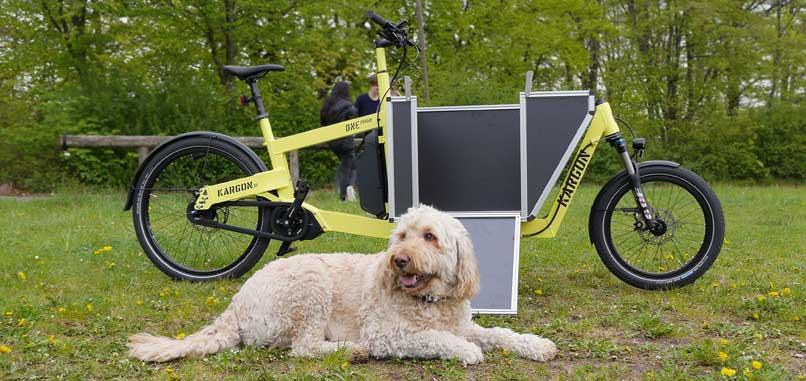 Kargon mit dem Hund Bruno im Vordergrund
